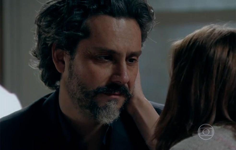 Em 'Império', José Alfredo (Alexandre Nero) é sincero com Maria Isis (Marina Ruy Barbosa) e diz que é melhor eles continuarem sendo amantes — Foto: Globo