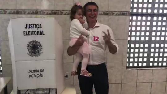 Candidato do PDT ao governo do RJ, Pedro Fernandes, vota em sessão na Zona Norte do Rio