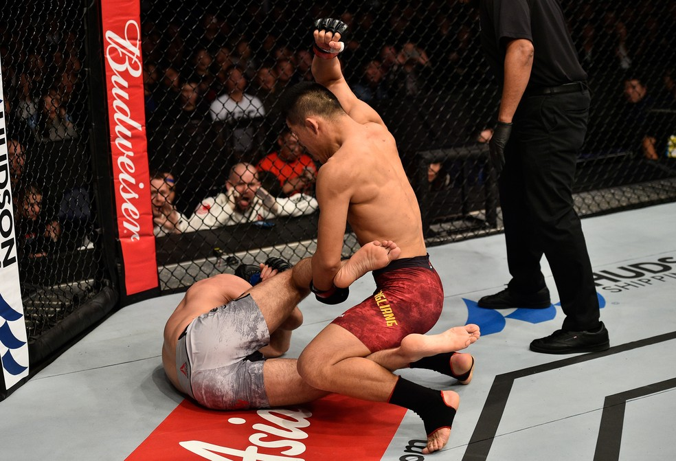 Li Jingliang nocauteou Zak Ottow no primeiro round no co-evento principal do UFC China (Foto: Getty Images)