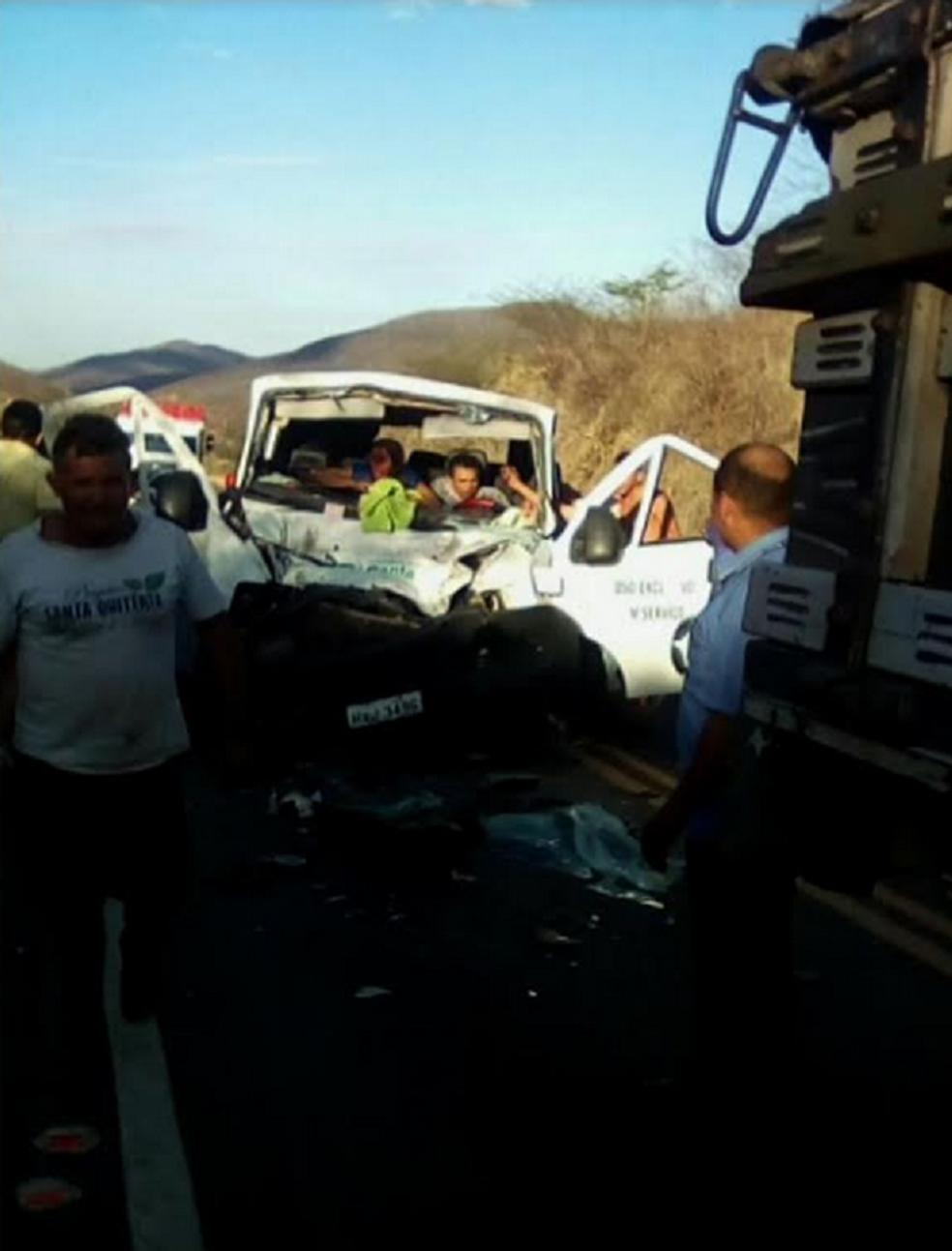 O motorista da van não resistiu aos ferimentos e morreu ainda no local. (Foto: Reprodução/TV Verdes Mares)