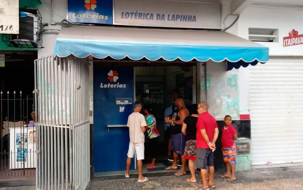 Consumidores voltam a pagar contas de luz nas lotéricas (Foto: Vanderson Nascimento/TV Bahia)