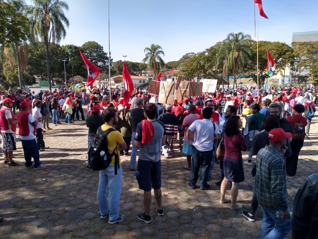 Integrantes do MST fazem ato em protesto pela morte de idoso atropelado na ocupação de Valinhos - Notícias - Plantão Diário