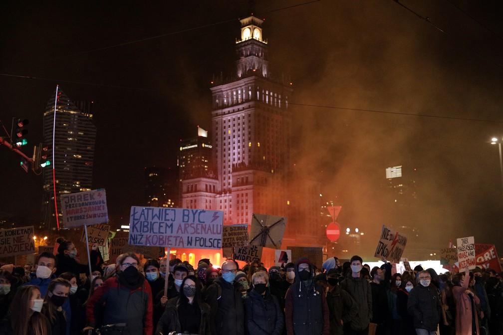 Manifestantes participam de ato em Varsóvia, nesta sexta (30), contra restrições ao aborto na Polônia — Foto: Dawid Zuchowicz/Agencja Gazeta via Reuters