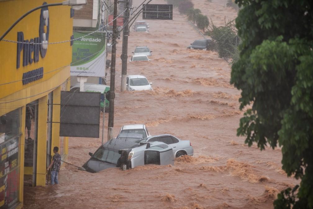 Chuva arrasta carros e causa prejuízos em Franca, SP — Foto: Igor do Vale
