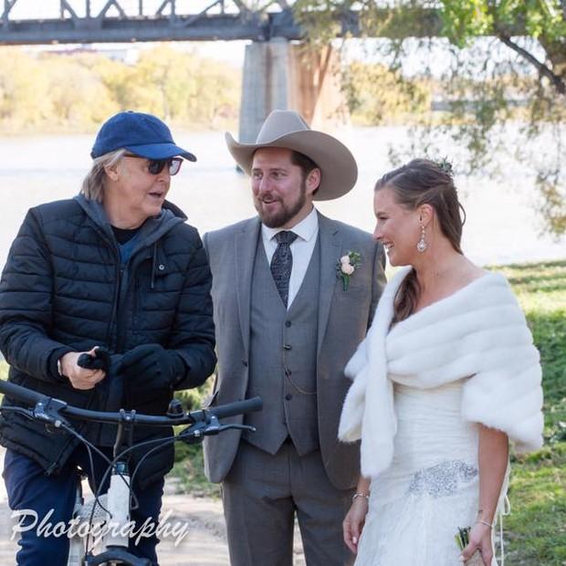 Paul McCartney e o casal Steve Gregg e Jen Roscoe (Foto: Laurie Dixon e Tamara Large/Madix Photography / Reprodução Facebook)