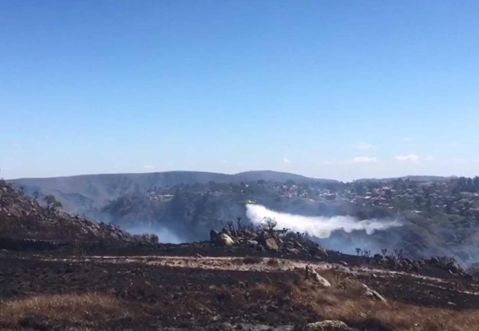-  Avião lança água em focos de incêndio na Serra do Rola Moça.  Foto: Corpo de Bombeiros/Divulgação