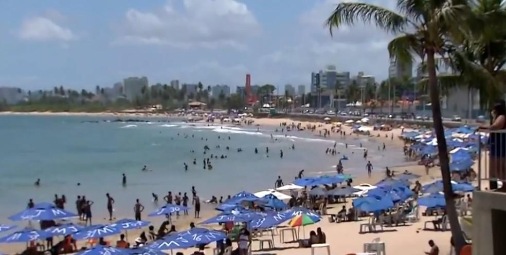 Praia de Itapuã, em Salvador, amanhece cheia de banhistas no feriado de Natal — Foto: Reprodução/TV Bahia