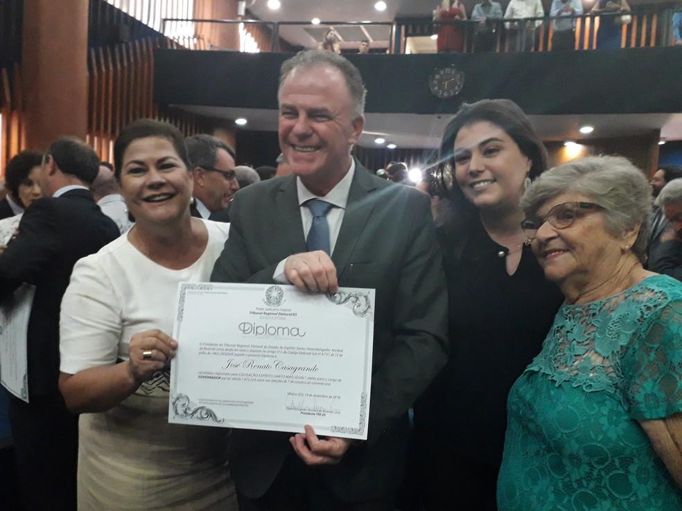 Renato Casagrande recebe diploma ao lado da esposa Maria Virgínia, da filha Milla e da mãe Anna — Foto: André Rodrigues / G1ES