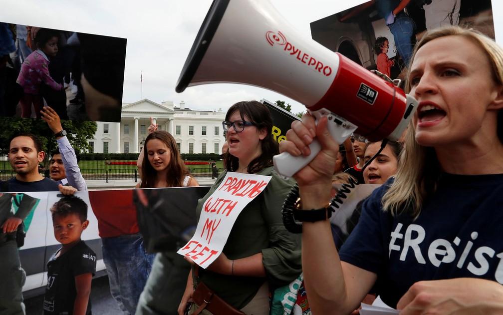 Manifestantes participam de protesto contra a política de imigração de Donald Trump em frente à Casa Branca, em Washington, no dia 21 de junho (Foto: Leah Millis / Reuters)