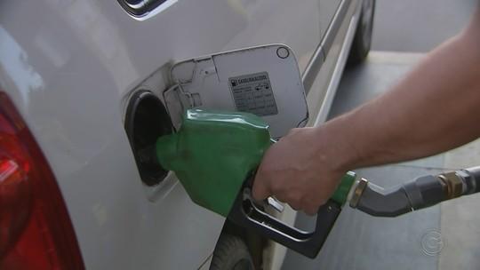 Preço da gasolina sofre duas quedas nas refinarias em quatro dias