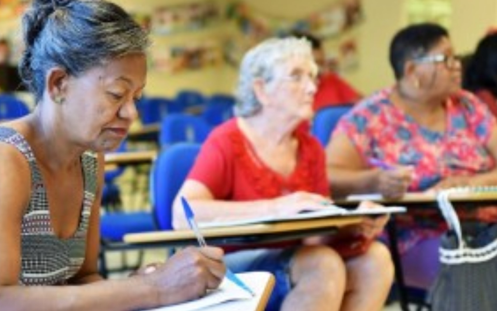 Projeto promove alfabetização gratuita para adultos, em Goiânia