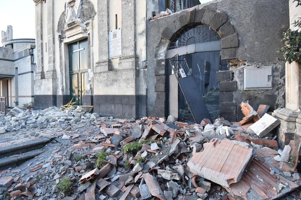 Escombros são vistos em frente a igreja danificada após terremoto nesta quarta-feira (26) na Sicília, na Itália — Foto: Orietta Scardino/ANSA Via AP