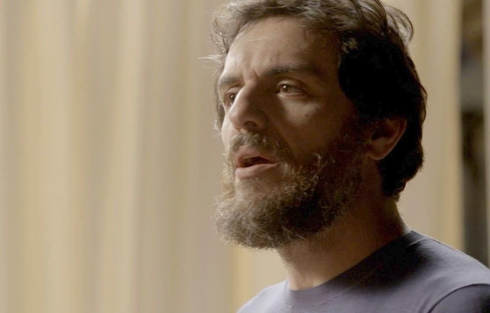 Em 'A Força do Querer', Caio (Rodrigo Lombardi) tenta acobertar Eugênio (Dan Stulbach) quando Ruy (Fiuk) pergunta se o pai tem uma amante — Foto: Globo