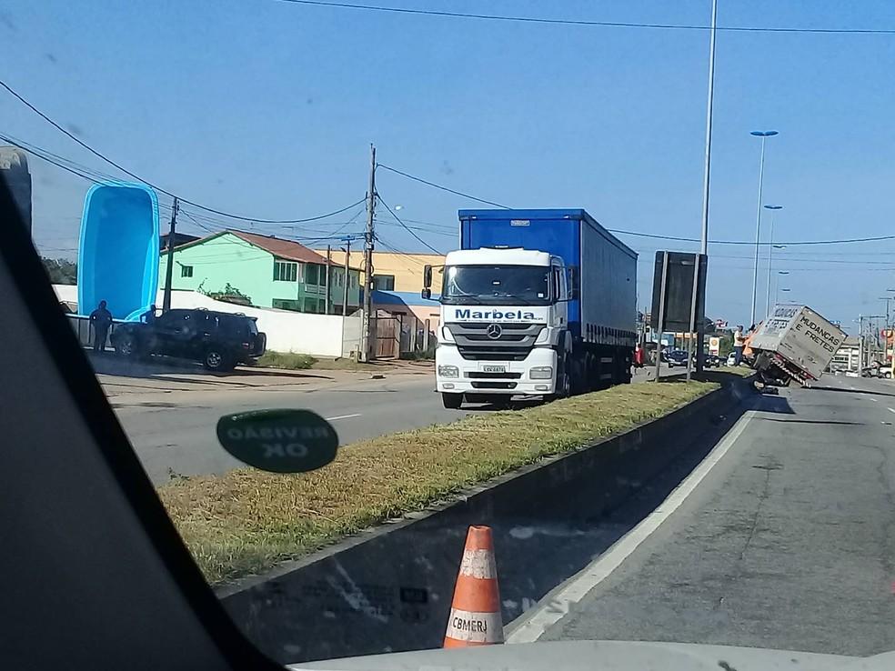 Acidente entre caminhão e carro na Rodovia Amaral Peixoto em São Pedro da Aldeia (Foto: Felipe Barboza)
