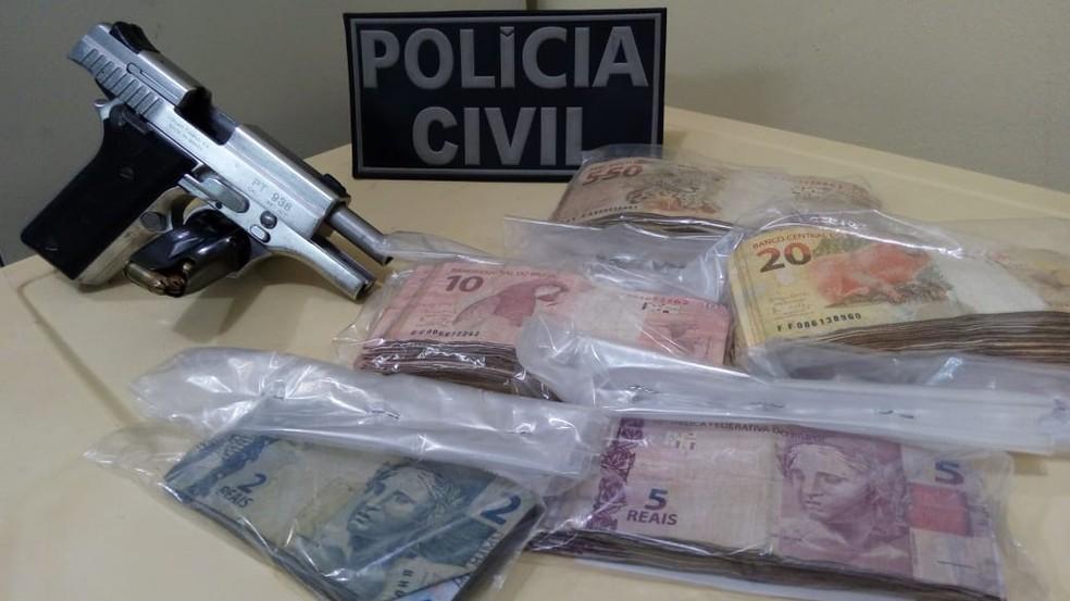 Dinheiro e arma foram apreendidos com o suspeito — Foto: SSP-BA/ Divulgação
