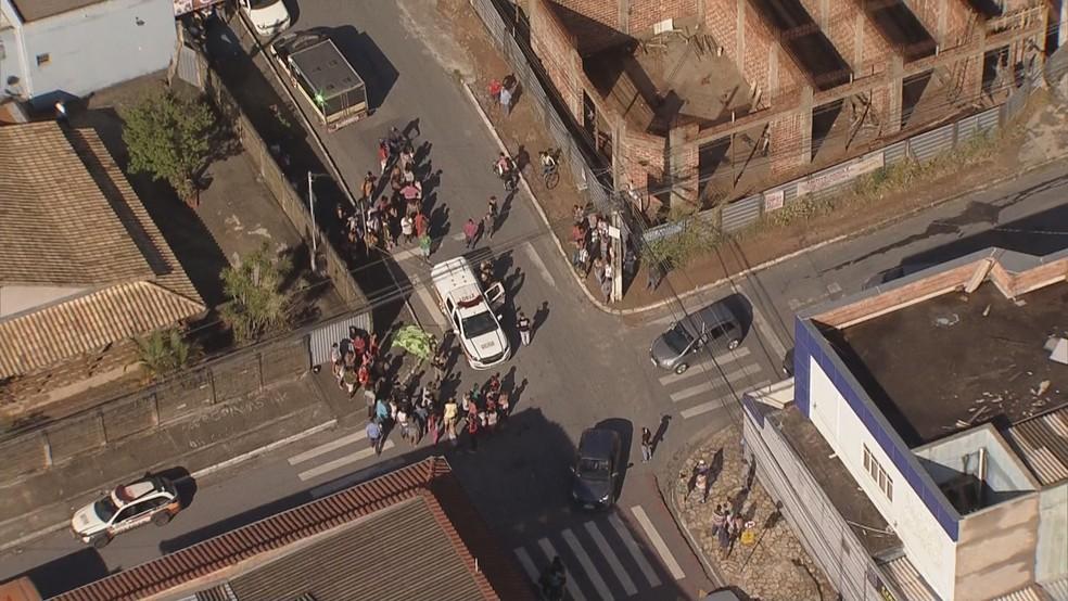 Criança foi assassinada em porta de escola, em Betim, na Grande BH  — Foto: Reprodução/TV Globo