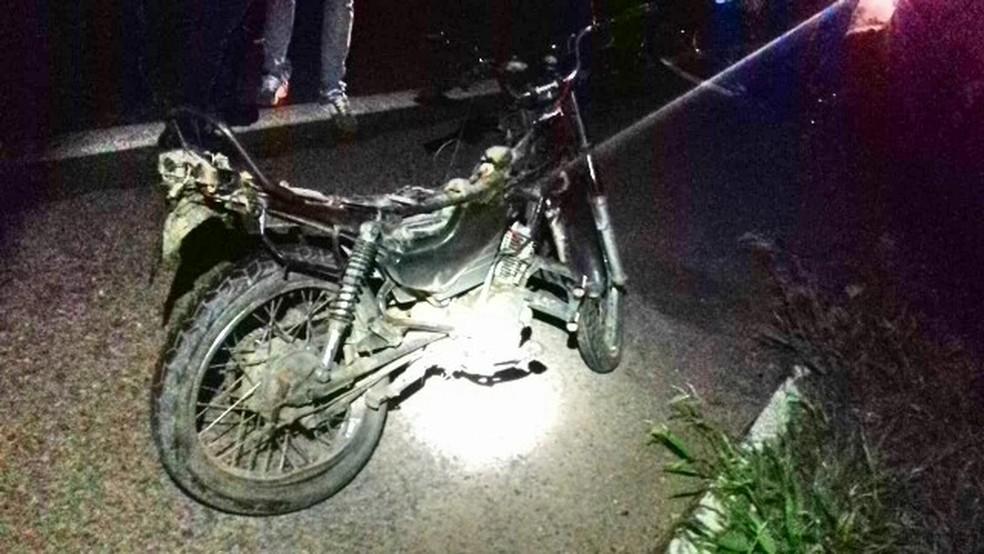 Adolescente que pilotava motocicleta morreu no local.  — Foto: PRF/ Divulgação