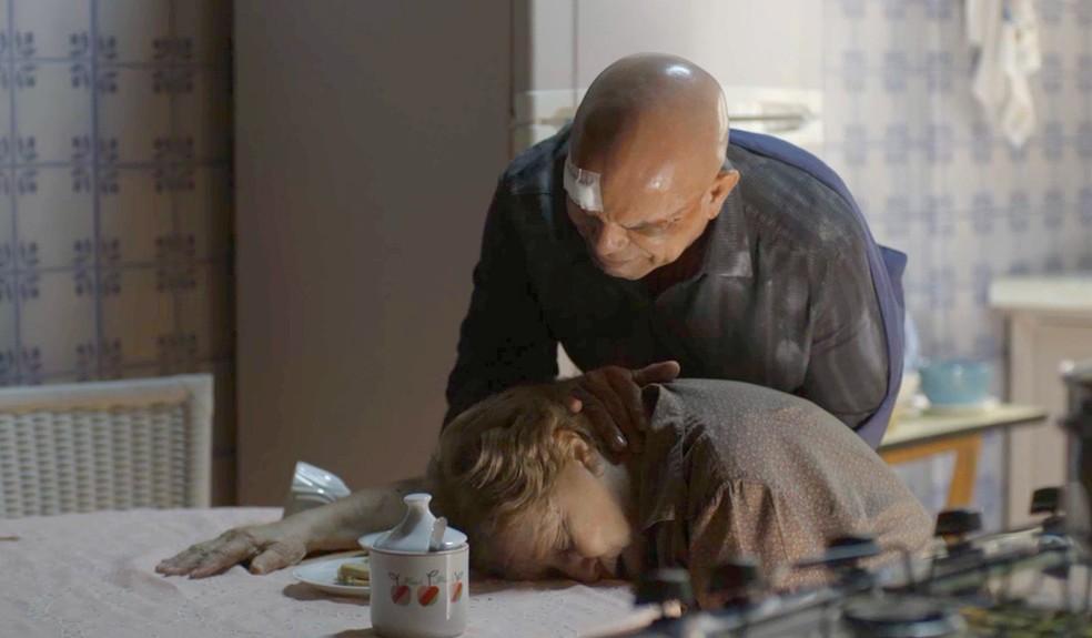 Galdino volta para casa e encontra sua mãe morta. Ele decide, então, se vingar de Laureta (Foto: TV Globo)