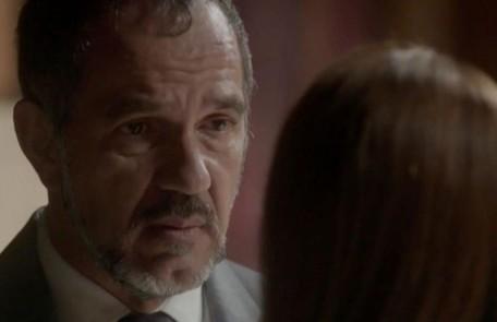 Na segunda (28), Germano (Humberto Martins) fica desnorteado com a notícia de que Lili (Vivianne Pasmanter) está grávida e com a possibilidade de o filho ser de Rafael (Daniel Rocha)   TV Globo