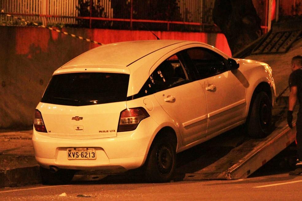 O carro da vereadora Marielle Franco é levado pela polícia com marcações feitas na lateral e o vidro traseiro estourado, na Rua Joaquim Palhares, região central do Rio de Janeiro (Foto: Ernesto Carriço/Agência O Dia/Estadão Conteúdo)
