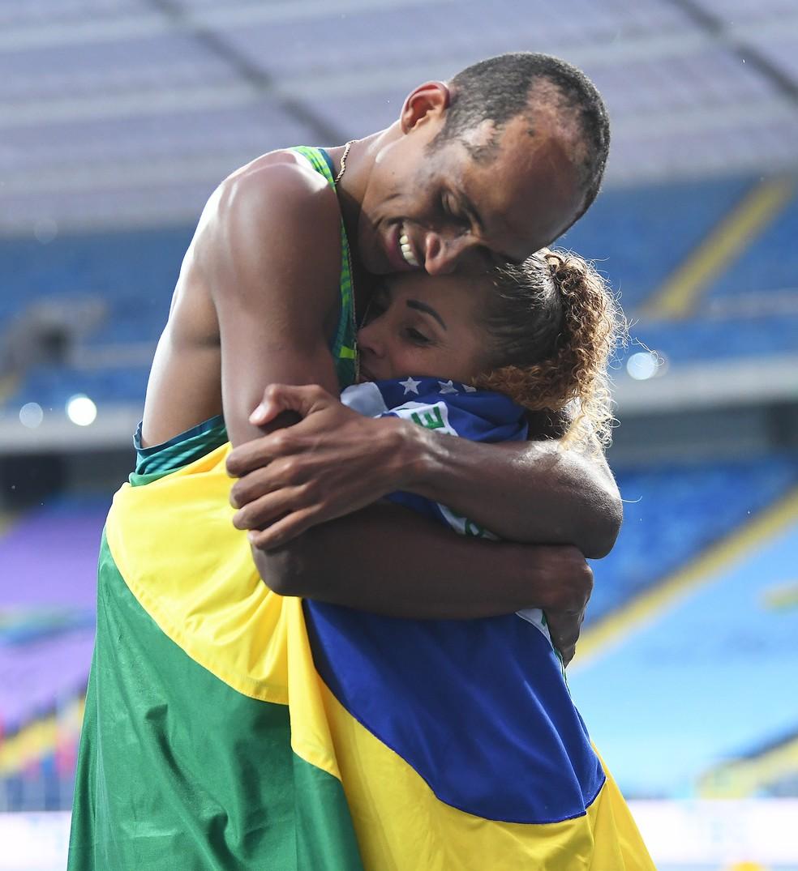 Abraço de Alison e Geisa após a conquista da medalha de prata — Foto: Adam Nurkiezwicz / Getty Images