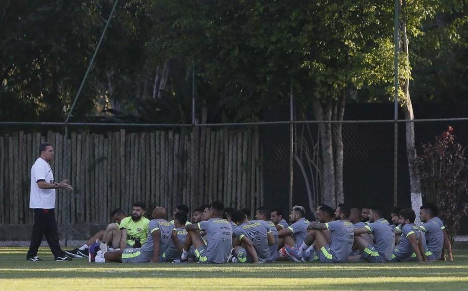 Após anunciar meias, Vasco busca contratação de um camisa 9 até jogo contra o Grêmio
