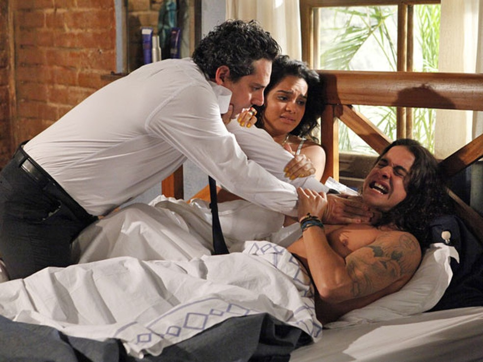 Baltazar flagra Solange na cama com Daniel e comete loucura em 'Fina Estampa' — Foto: Globo