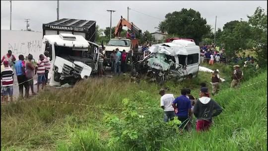 Van e carreta batem de frente e deixa 8 mortos em rodovia da Bahia