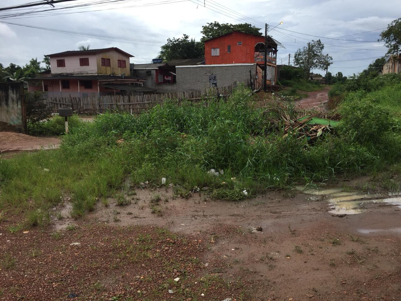 Lama, lixo e mato alto limitam tráfego de moradores e veículos na Zona Norte de Macapá