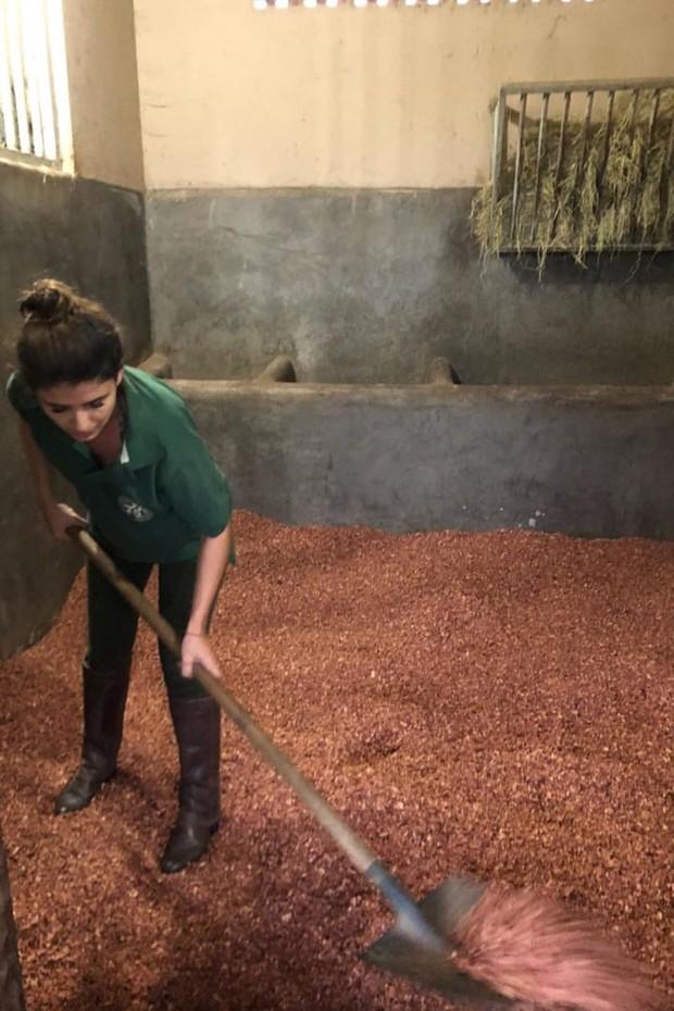 Após viagem luxuosa, Paula Fernades coloca a mão na massa na fazenda (Foto: Reprodução/Instagram)