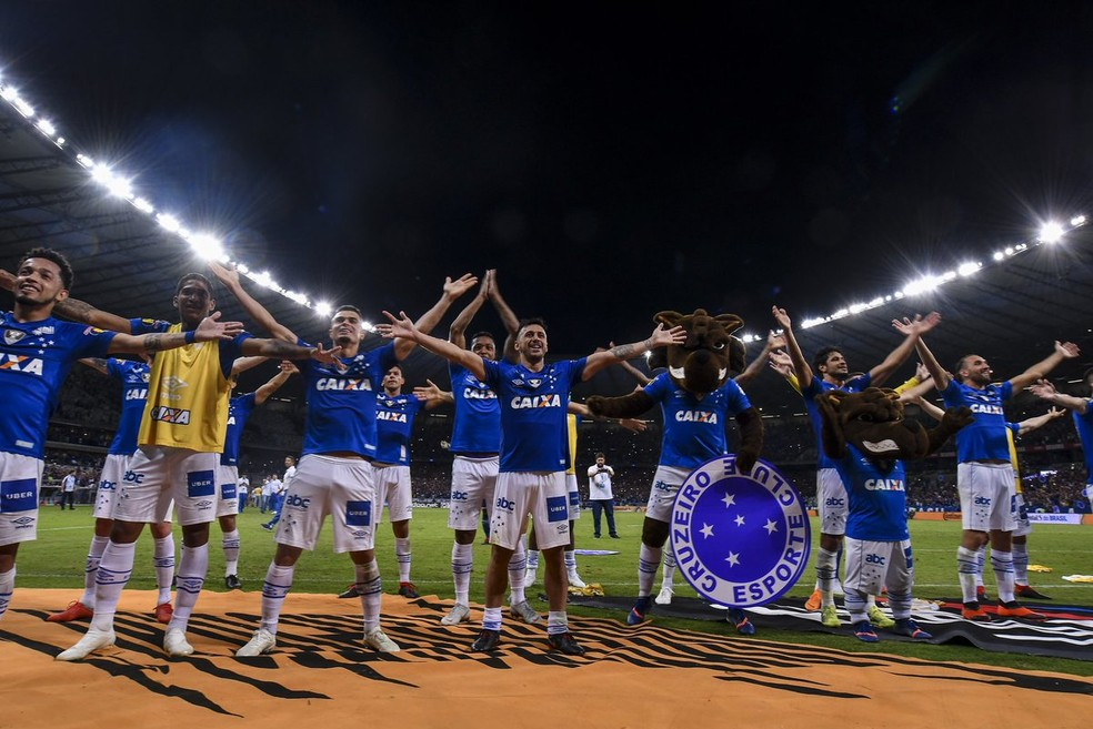 Cruzeiro festejou, com a torcida, a vaga na final da Copa do Brasil — Foto: Agência i7/ Mineirão