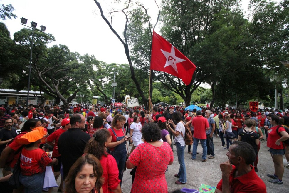 Integrantes do ato se concentram na Praça do Derby, no Centro do Recife (Foto: Marlon Costa/Pernambuco Press)