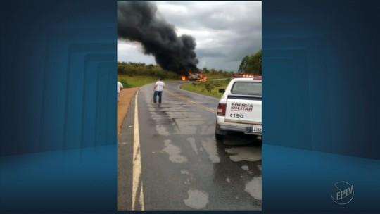 Dois motoristas ficam feridos após carretas baterem e pegarem fogo em São Tiago, MG