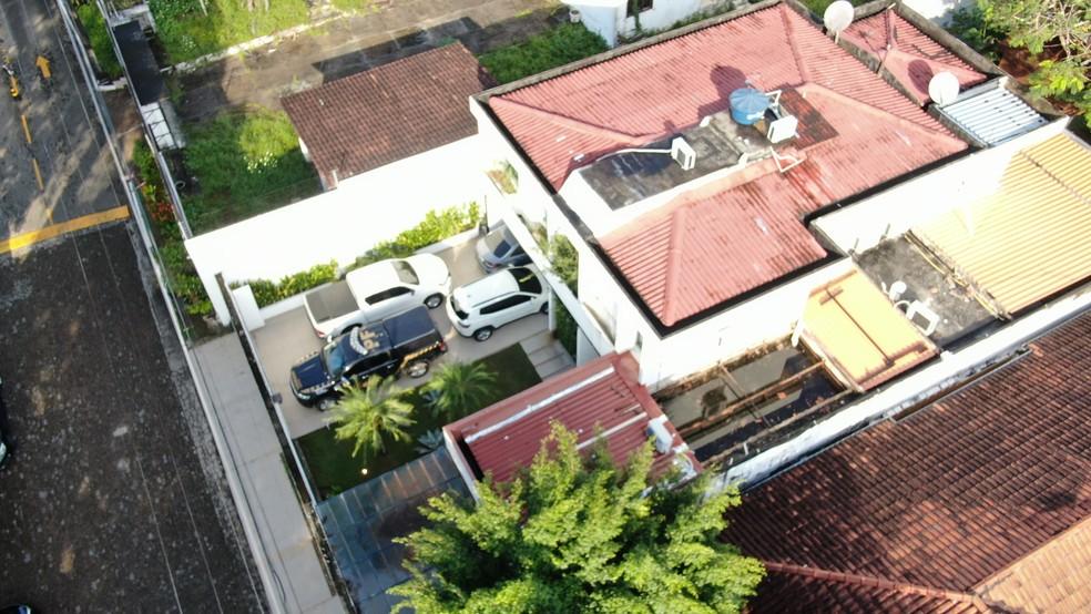 Imagem de drone mostra carro da PF na casa do Governador Wilson Lima — Foto: William Duarte/Rede Amazônica