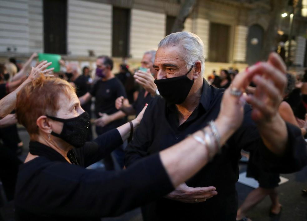 Foto de 11 de março de 2021 mostra dançarinos de tango protestando contra novos protocolos para poderem trabalhar durante a pandemia do novo coronavírus (Covid-19) na Argentina, do lado de fora do prédio do Ministério da Cultura do país, em Buenos Aires — Foto: Agustin Marcarian/Reuters