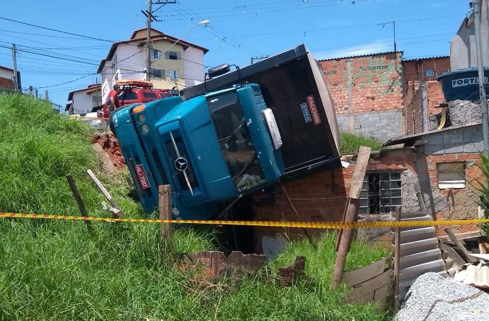 Motorista com habilitação vencida perde controle e caminhão capota em cima de casa em Ferraz de Vasconcelos (Foto: Polícia Militar/Divulgação)