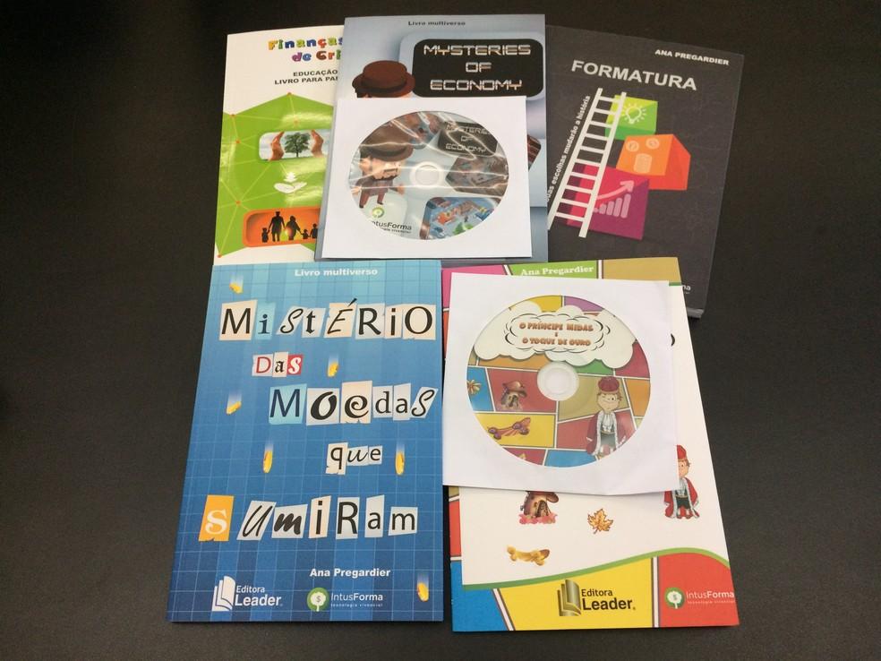 Livros interativos tratam sobre educação financeira — Foto: Carolina Cattaneo/G1