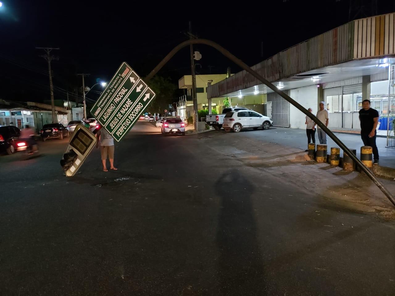 Carreta danifica semáforo em Macapá após colisão; empresa deverá pagar pelo dano