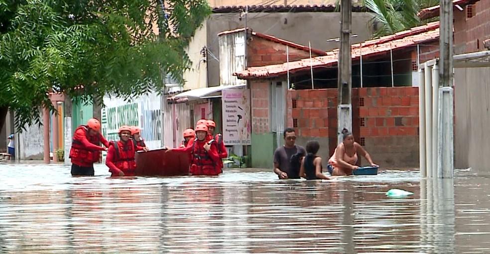 Equipes do Corpo de Bombeiros fazem resgates de familiares em Parnaíba, no litoral do Piauí — Foto: TV Clube