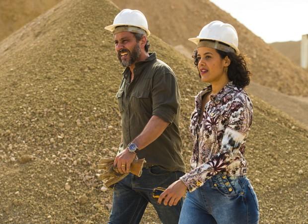 Alexandre Nero e Maeve Jinkings gravam cenas em fábrica de bentonita (Foto: Divulgação/TV Globo)