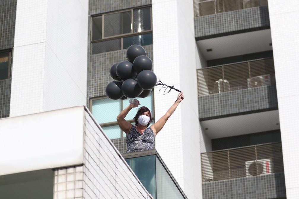 Balões negros foram jogados de dentro das Torres Gêmeas, onde Miguel Otávio, de 5 anos, caiu na terça (2) — Foto: Marlon Costa/Pernambuco Press