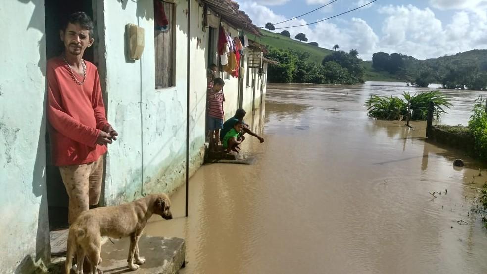 Rio Carimã transbordou e alagou Barreiros, na Zona da Mata de Pernambuco, neste domingo (21) — Foto: Everaldo Silva/TV Globo
