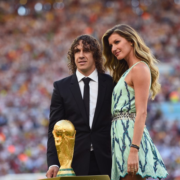 RIO DE JANEIRO, BRAZIL - JULY 13:  Former Spanish international Carles Puyol and model Gisele Bundchen present the World Cup trophy prior to the 2014 FIFA World Cup Brazil Final match between Germany and Argentina at Maracana on July 13, 2014 in Rio de Ja (Foto: Getty Images)