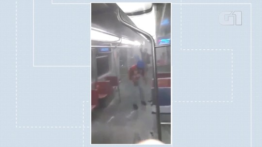 VÍDEO: jovem dispara extintor e espalha espuma em vagão do Metrô-DF em dia de carnaval