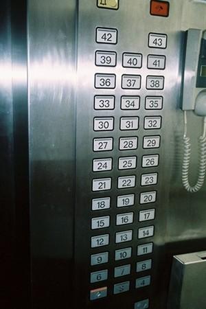 O quinto andar não consta nos botões do elevador no hotel Yanggakdo (Foto: Calvin Sun / Reprodução)