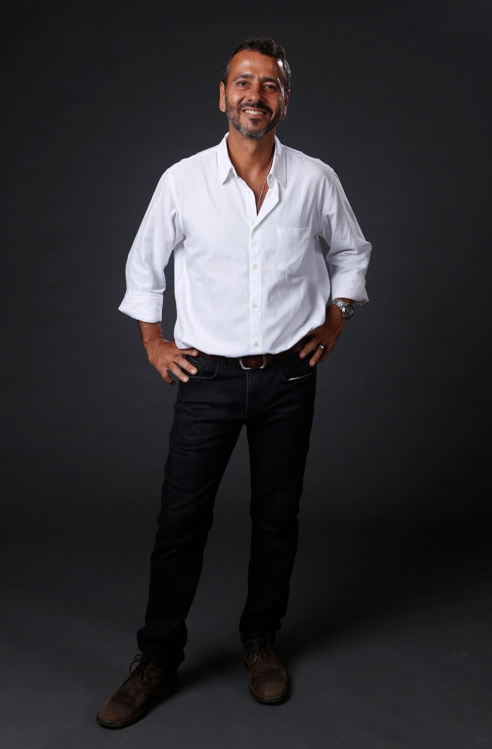 Marcos Palmeira posa vestindo camisa social e calça jeans — Foto: Fabiano Battaglin/Gshow