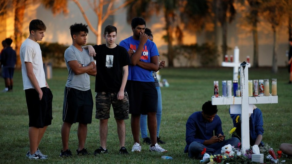 Jovens prestando homenagens às vítimas do massacre de Parkland em 2018 — Foto: Reuters