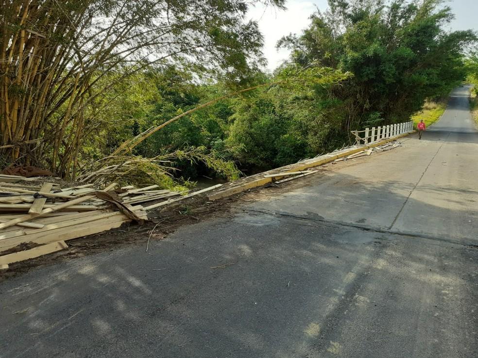 Barreira de proteção da ponte ficou destruída após acidente na vicinal Tupã-Quatá — Foto: Corpo de Bombeiros/Divulgação