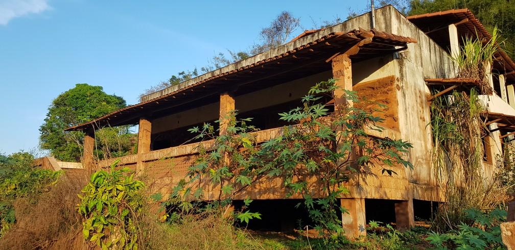 Marcas em casa de Gesteira mostram altura que 'mar de lama' atingiu no local — Foto: Raquel Freitas/G1