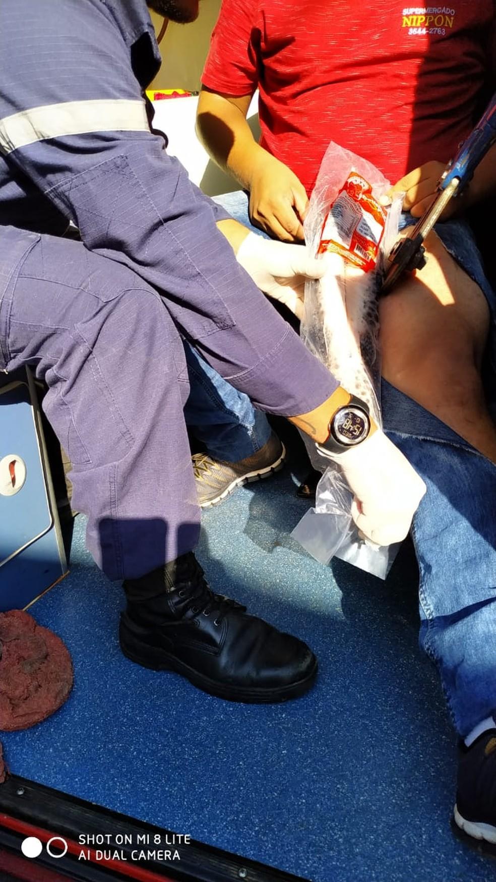 O funcionário foi socorrido pelo Corpo de Bombeiros e levado à Unidade de Pronto Atendimento (UPA) de Sorriso — Foto: Corpo de Bombeiros de Sorriso/Divulgação